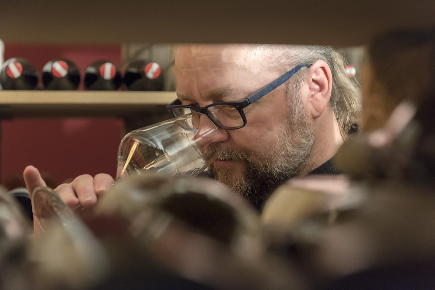 mann trinkt am weinglas weinkeller waldschlösschen